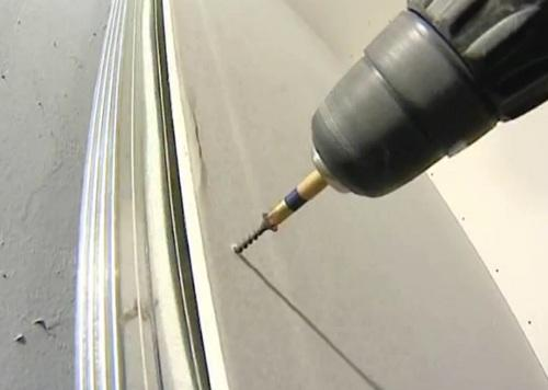 Как правильно прикрепить гипсокартон к стене или потолку?