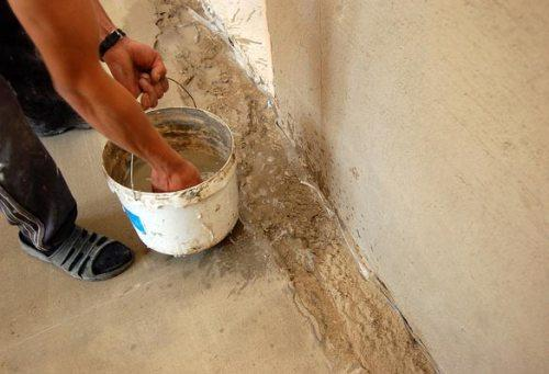 Смачиваем водой места у стены