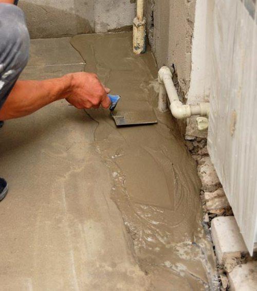 Заливаем места возле стен более жидким раствором