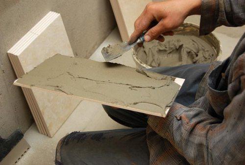 Нанесение клея на керамическую плитку обычным шпателем