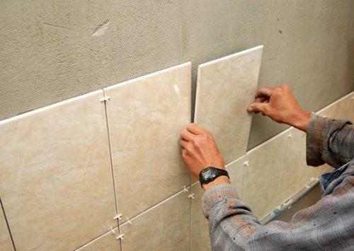 Укладка керамической плитки на стену своими руками. Фото