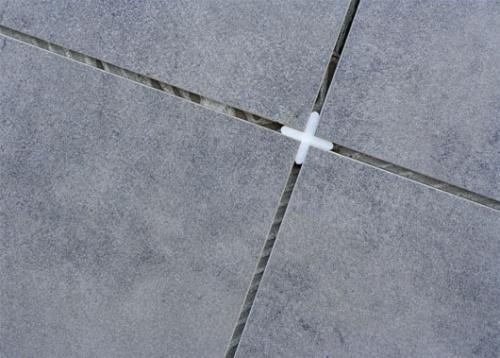 установка крестиков для плитки