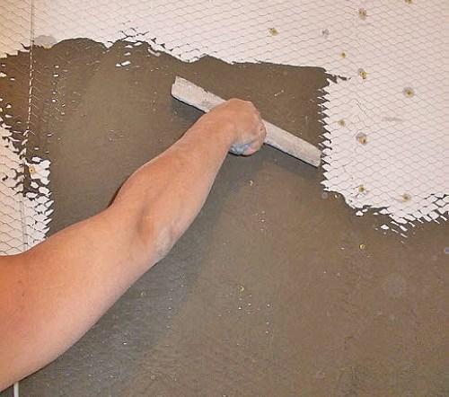 Наносим раствор на стену