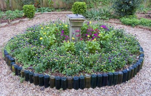 Как можно использовать бутылки для украшения сада?