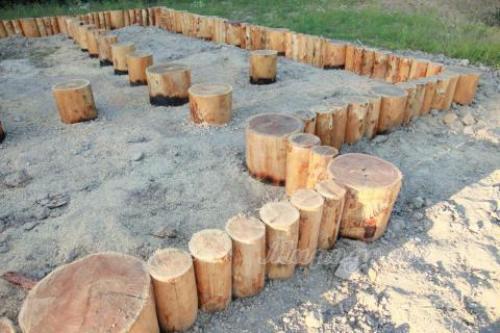 Ленточный фундамент из деревянных бревен