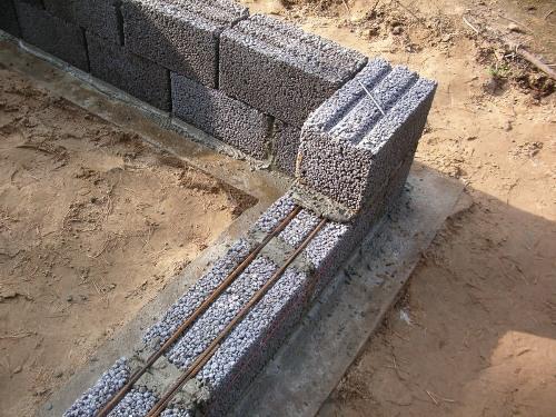 Армирование первого ряда блоков