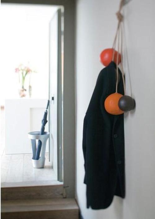 Вешалка из кожаных мячиков на веревке