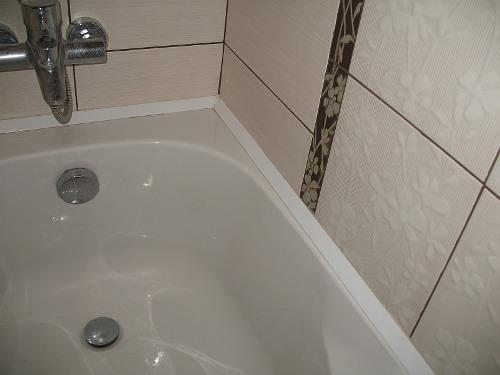 Как заделать шов между ванной и стеной своими руками?