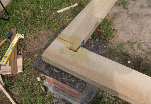 Кладка нижнего ряда бруса