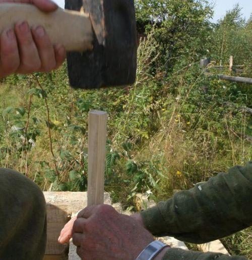 Забивка деревянных нагелей кувалдой