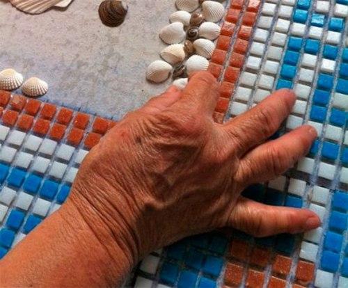 Ручная подборка мозаичных элементов
