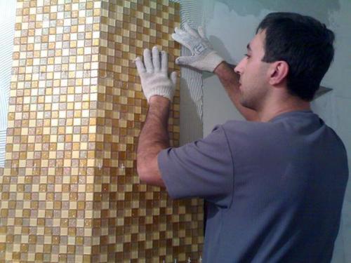 Процесс укладки мозаики на сетчатом основании