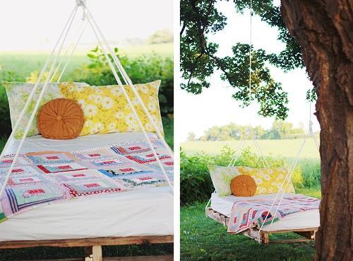 Кровать подвешена к дереву
