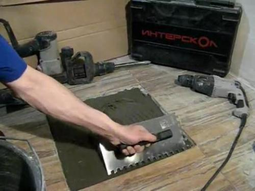 Наносим клей для плитки
