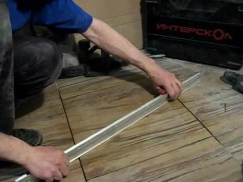 Проверяем ровность укладки плитки