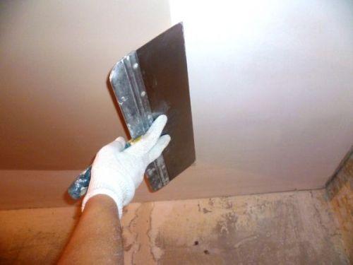 Чем и как шпаклевать потолки?