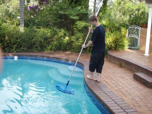 Очистка бассейна от механического загрязнения