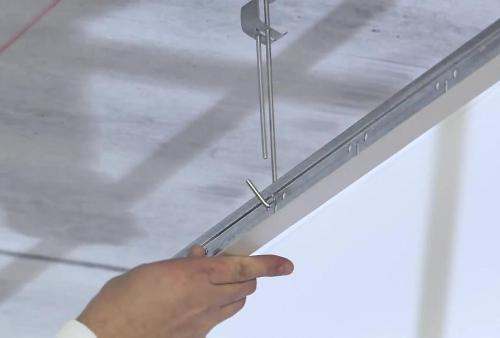 Монтаж направляющих подвесного потолка