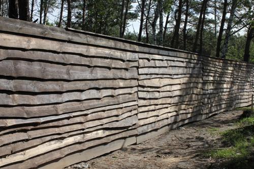 Забор из необрезной доски своими руками. Фото