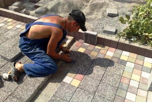 Сколько стоит положить тротуарную плитку? Как можно сэкономить?