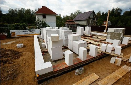 Первый ряд газосиликатных блоков