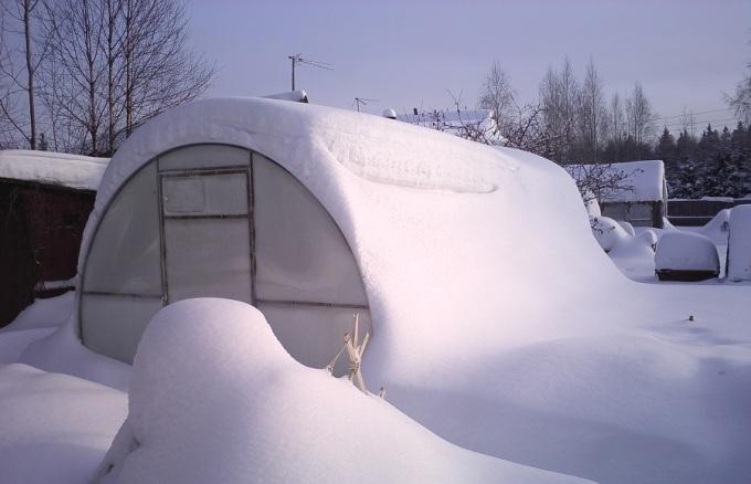 Зимнее обслуживание покрытия теплицы
