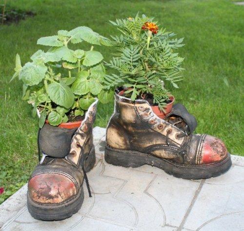 цветник из старой обуви