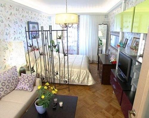 Отделенная спальня в гостиной