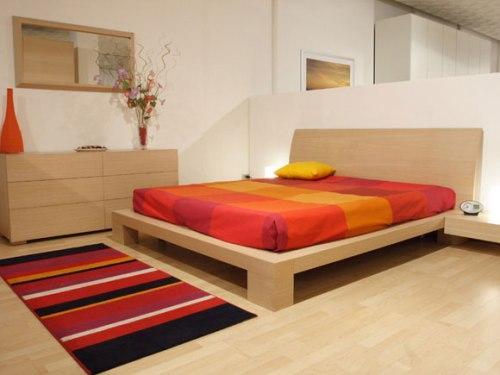 Маленький коврик у кровати