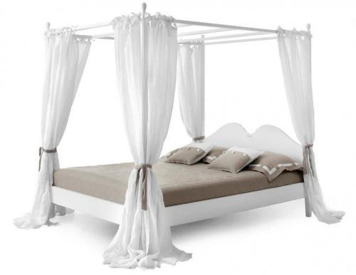 Кровать с опорами и балдахином