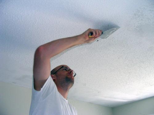 Как снять старую побелку с потолка?