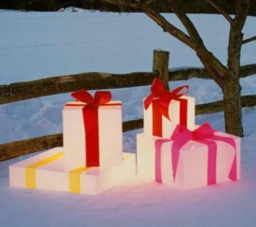 Подарочные коробки для украшения участка на Новый год