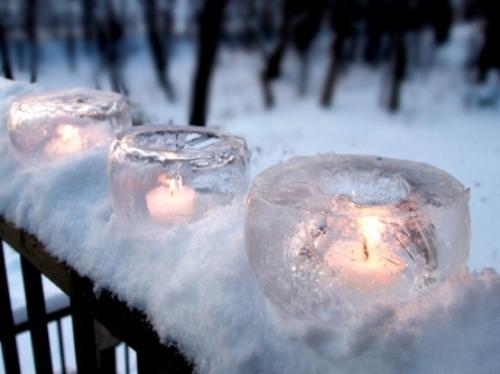 Ледяные светильники в качестве новогодних украшений сада