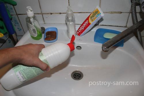 Заливаем средство для очистки засоров