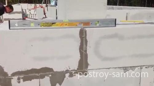 Проверка горизонтальности стен из газоблока