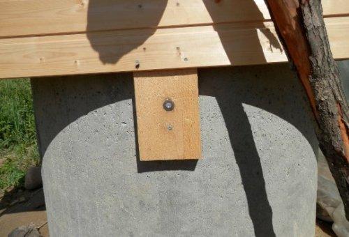 Крепление досок к бетонному кольцу