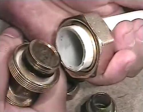 Как соединять металлопластиковые трубы. Видео