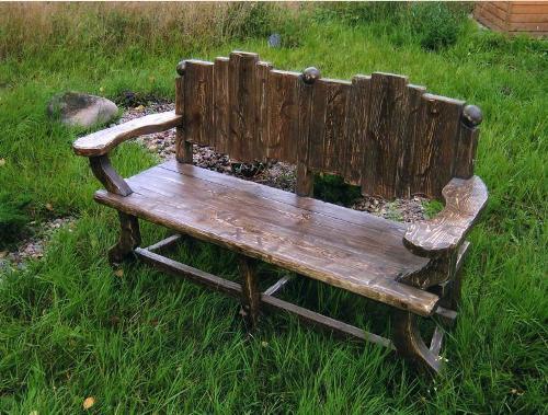 Необычные дачные деревянные скамейки для сада