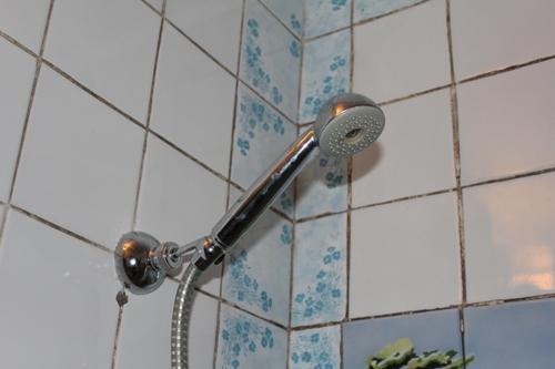 Как повесить душ в ванной своими руками?
