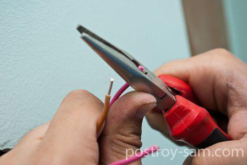Обрезка изоляции с провода