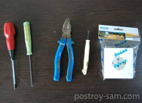Инструменты и материалы для замены розетки