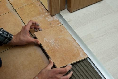 Как выполняется стыковка напольных покрытий в дверном проеме?
