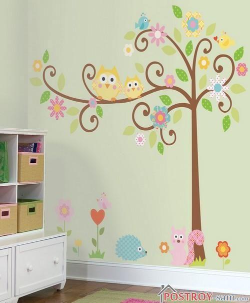 Дерево на стене в детской комнате