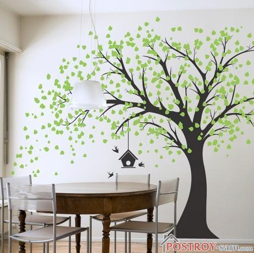Дерево на стене с кормушкой