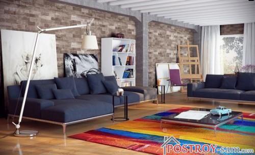 Яркий ковер в интерьере гостиной