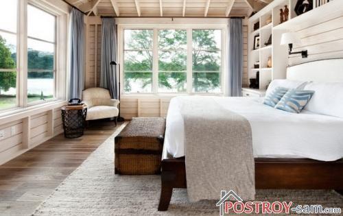 Деревянная кровать в деревянном доме