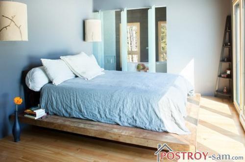 Деревянная кровать на возвышении