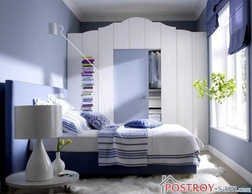 Синий интерьер маленькой спальни фото