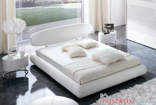 Нежно белая маленькая спальня