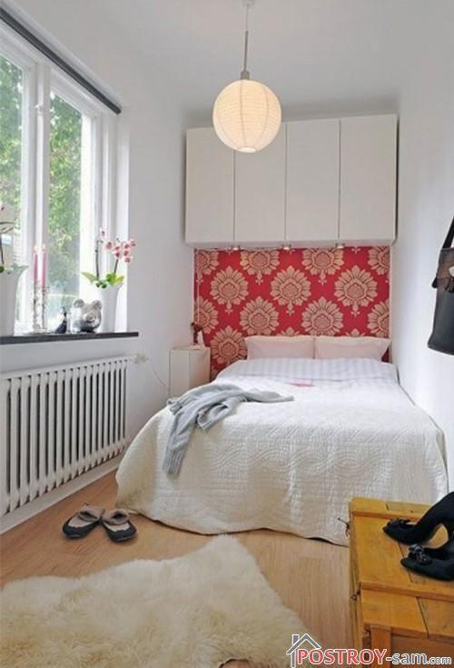 Узкая спальня с большим окном